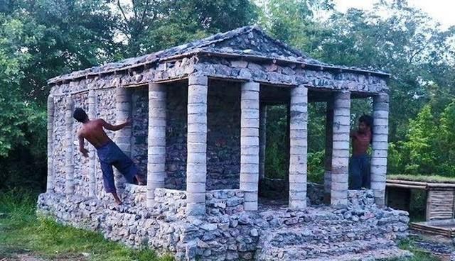 原始的な手法で宮殿を建てる二人.jpg