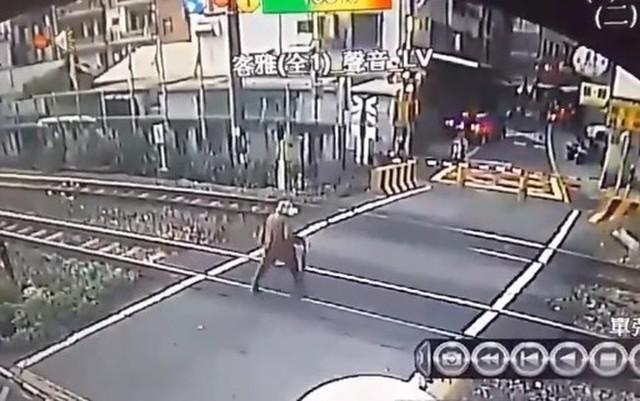 台湾の踏切のニアミス事故.jpg