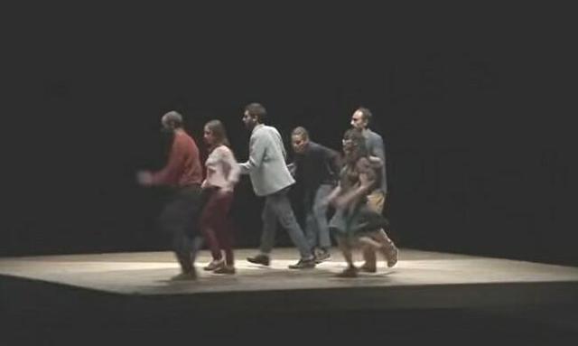 回転する舞台のダンスパフォーマンス.jpg