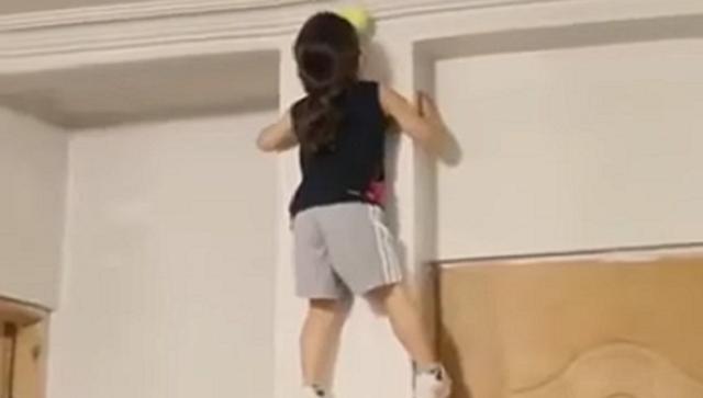壁を登ったりアクロバティックな少女.png