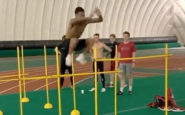 大学の陸上選手の黒人のジャンプ力が凄い.jpg