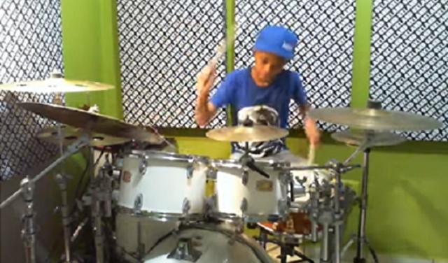 天才的な黒人の少年のドラム演奏.png