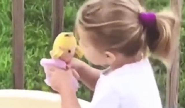 女の子が人形にキスしたあとの行動.png