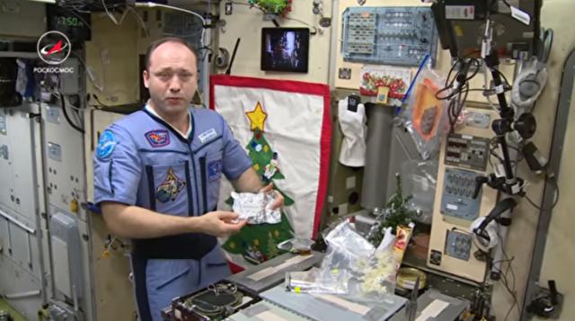 宇宙3分クッキング?宇宙ステーションで料理する様子.png