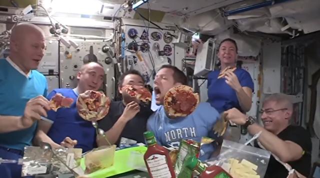 宇宙でピザパーティー.png