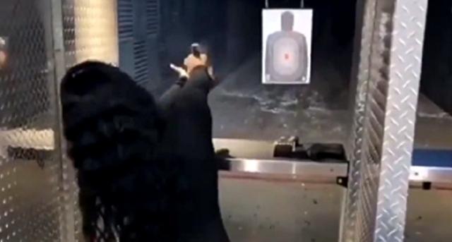 射撃場で女性が銃をめちゃくちゃな撃ち方.png