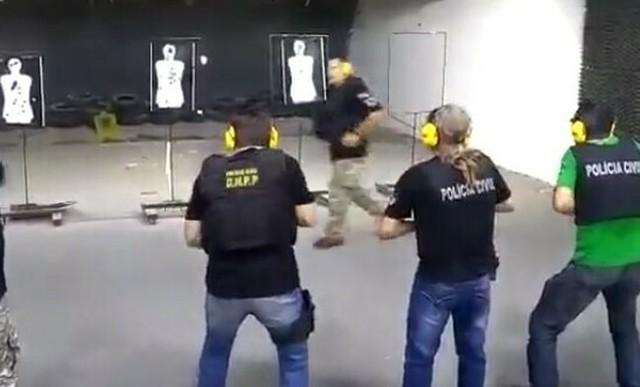 射撃訓練で教官が前を通る.jpg