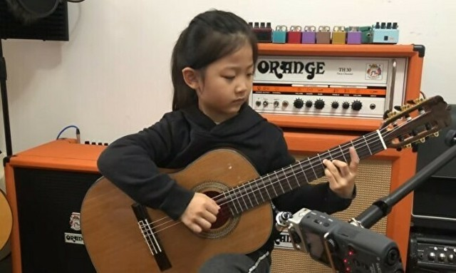 少女がギターで歌う.jpg