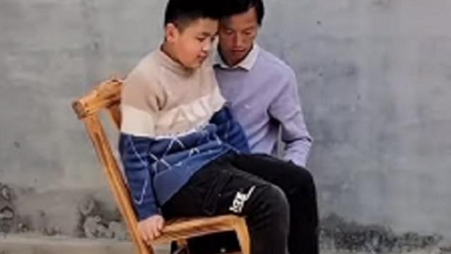 少年を椅子に乗せてバランス.png