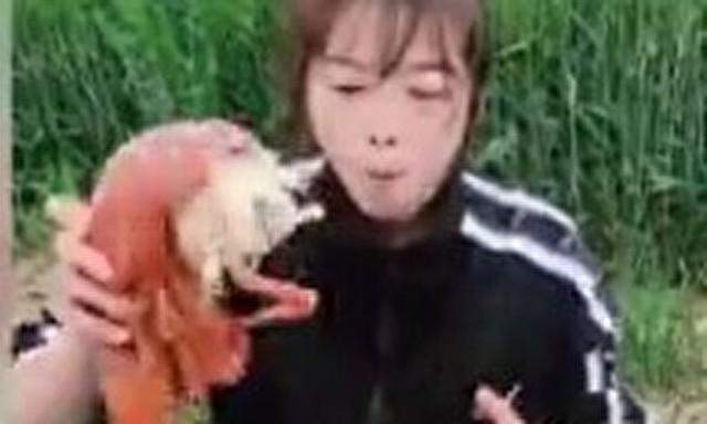 巨大ロブスターを一人で食う女.jpg