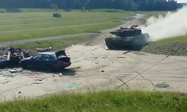 戦車が普通の車を踏みつぶす.jpg