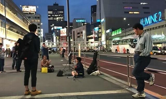 新宿の路上ライブで罵倒される女性シンガー.jpg