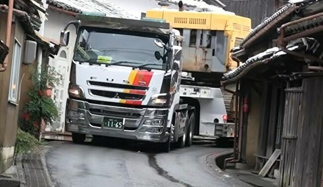 日本に2台しかないトラックが狭い道を抜ける.jpg