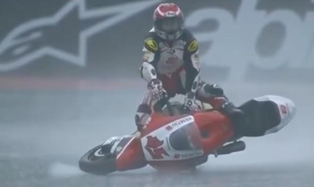 日本のバイクレーサーがバイクにライドする事故.jpg