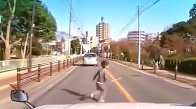 日本の子供の飛び出し事故映像まとめ.jpg