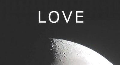 月の表面にLOVEの文字.jpg