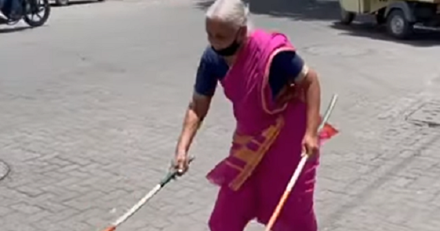 棒術使いのインドのお婆さん.png