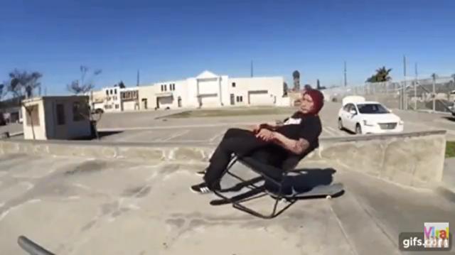 椅子とスケボーのコラボ.png