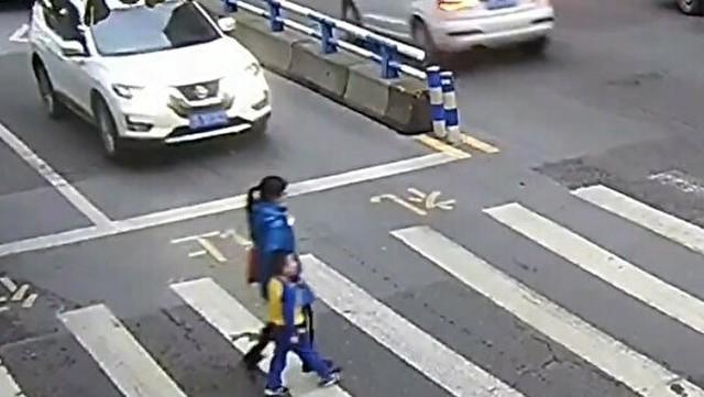 横断歩道で轢かれた母子、怒りの蹴り.jpg