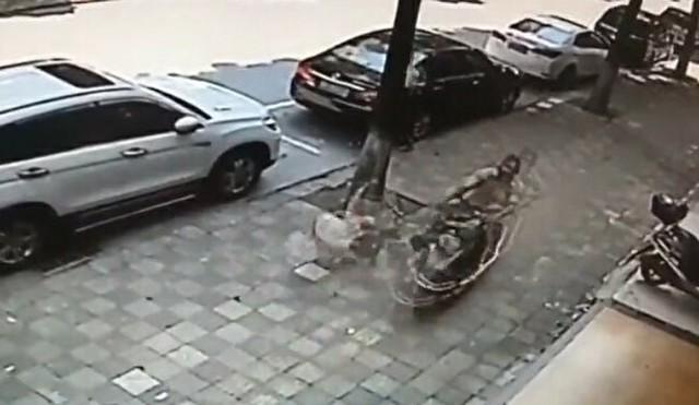 歩道で旦那のバイクに吹っ飛ばされる奥さん.jpg