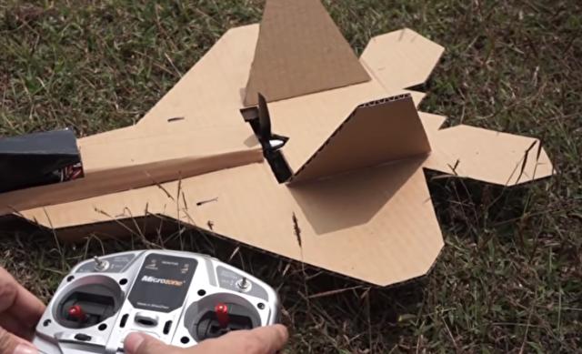 段ボールのラジコン飛行機の飛ばし方.png
