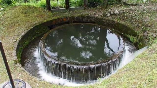 水がコンコンと湧き出る円形の噴水.jpg