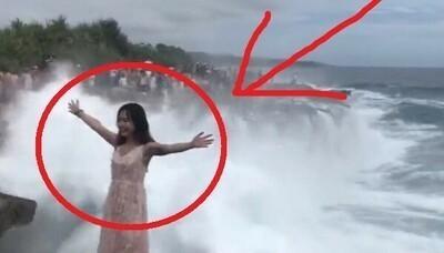 波にさらわれそうになる女性.jpg
