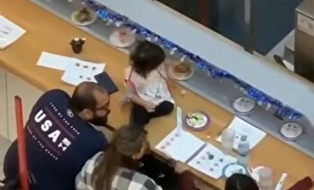 海外の回転寿司のテーブルに子供を上げちゃう親.jpg