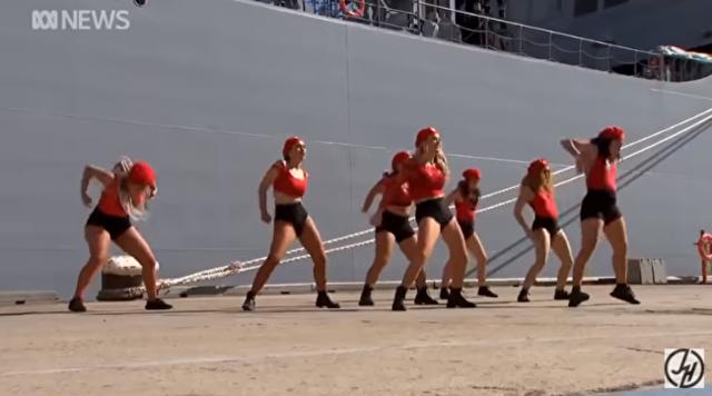 海軍の式典にダンサーに踊ってもらったら超微妙な空気に.png