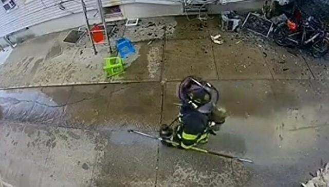 消防士の頭上にエアコンの室外機が落ちてくる.jpg