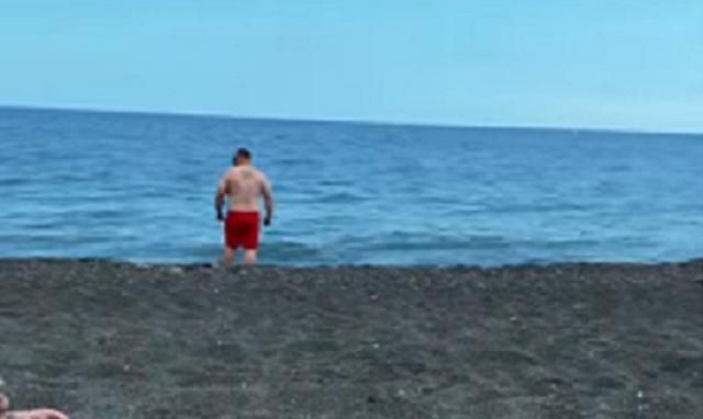 溶ける水着で泳ぐ男.png