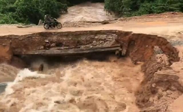濁流に飲まれる橋を渡るバイク.jpg