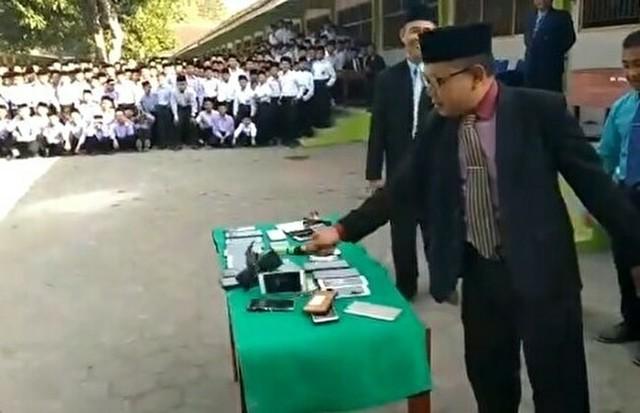 生徒のスマホを割る校長先生.jpg