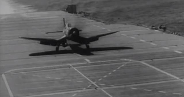 空母に帰還した戦闘機が爆弾を落としてカメラマン死亡.png