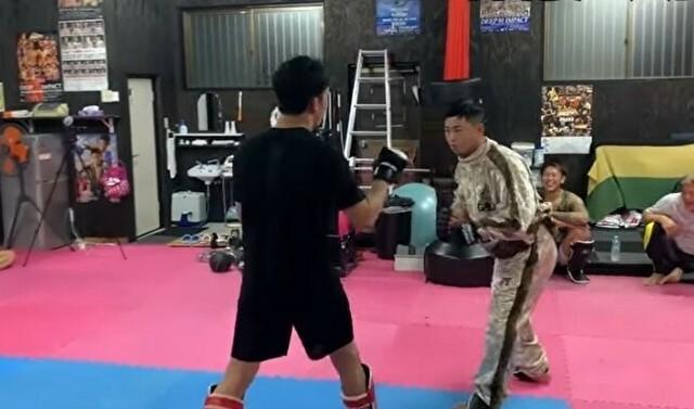 素人がプロの格闘家とスパーリング.jpg