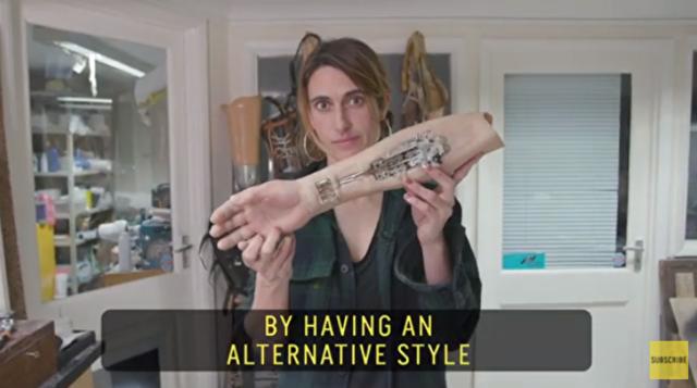 義肢を創造的な発想で彫刻し素敵な芸術に作り替える女性.png