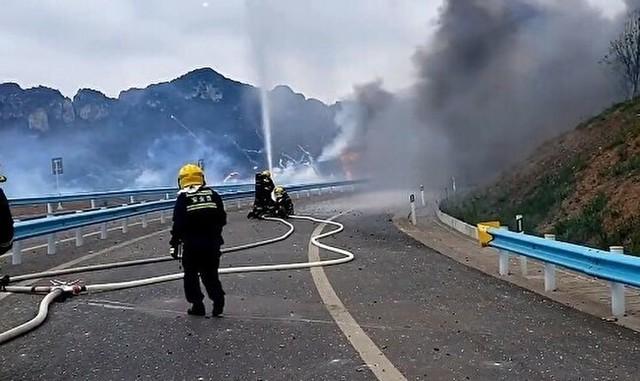 花火を積んだトラックの横転炎上.jpg