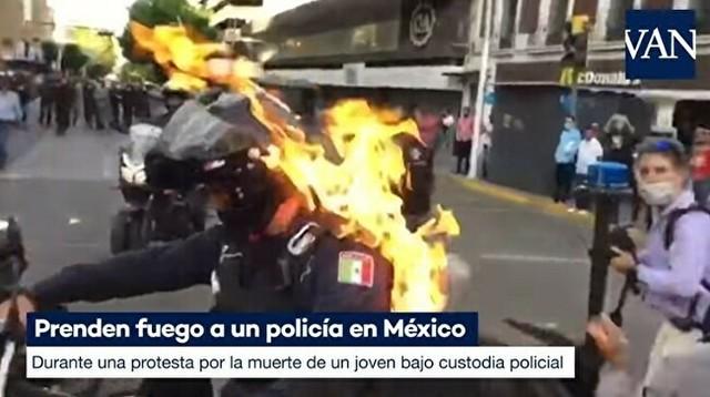 警官に火を着けるメキシコ.jpg