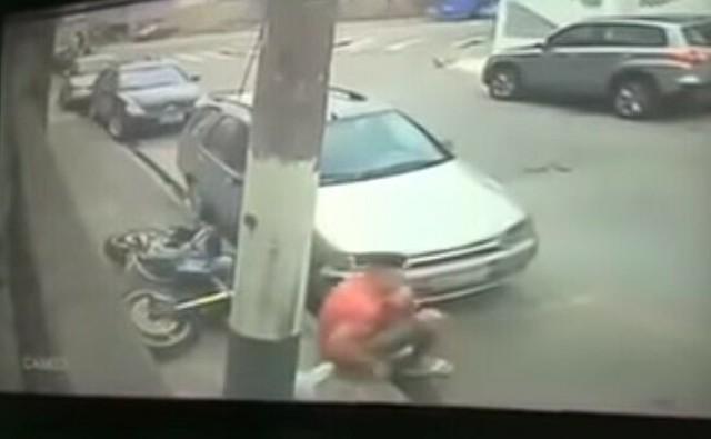 警察から逃れるバイカー.jpg