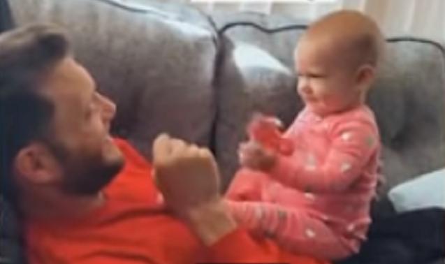 赤ちゃんが耳の聞こえないパパと手話で会話した愛らしい瞬間.png