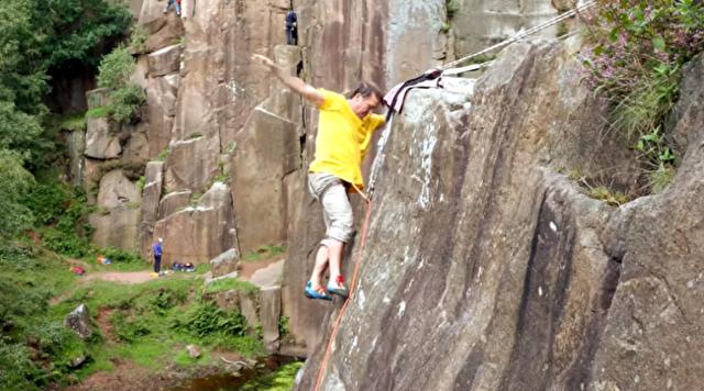 足だけで岩を登る男.png