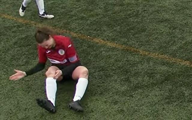 足の脱臼を治す女子サッカー選手.jpg