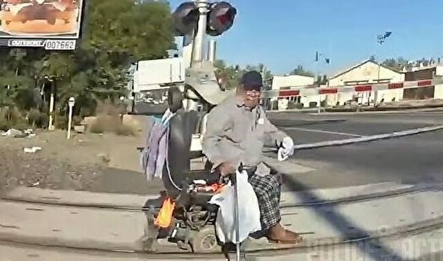 踏切内で立ち往生したクルマ椅子の男.jpg
