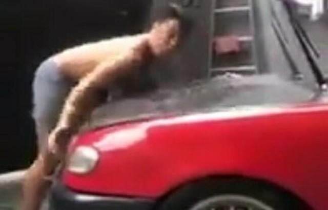 車のボンネットに頭をぶつけて20世紀フォックス.jpg