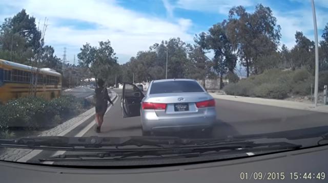 車を乗り捨てる不思議な女性の事故.png
