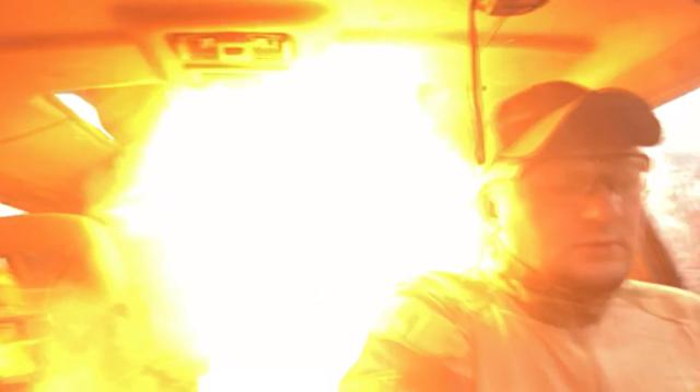 車内で手榴弾爆発.png