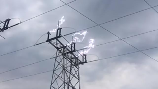 送電線が放電.png