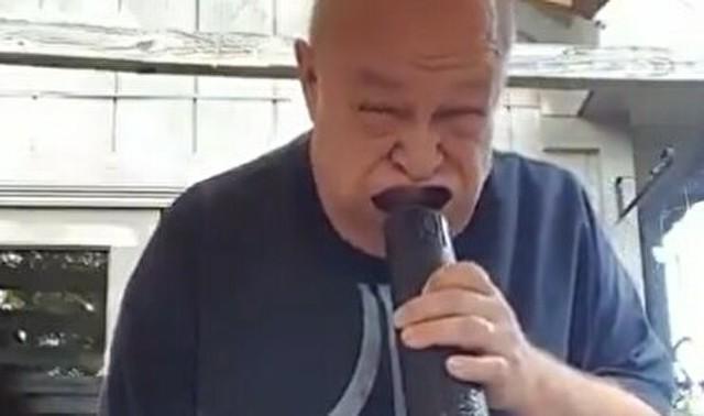 【動画】 男はいくつになってもクダラナイ…ww。送風機で遊ぶ爺さん。