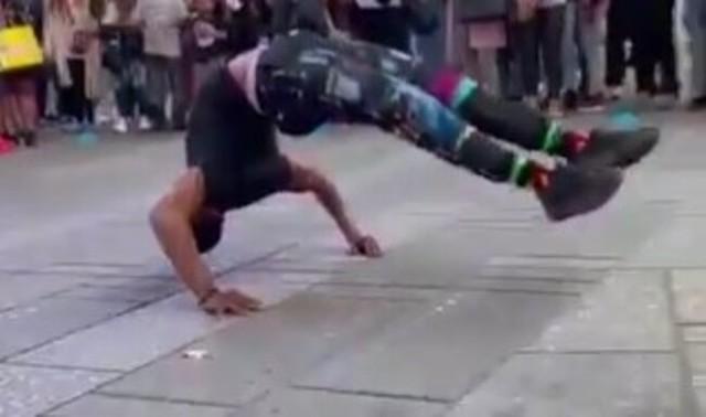 重力を感じさせない街頭ダンスパフォーマンス.jpg