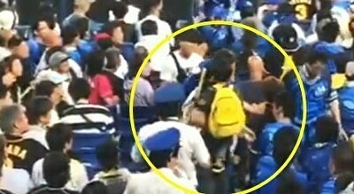 野球観戦で子供を投げつけるパパ.jpg